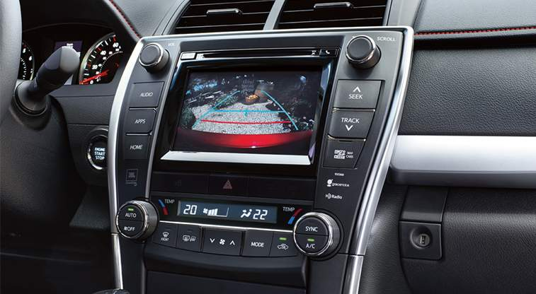 toyota-2017-features-technology-camry-hybrid-interior-touchscreen-audio-with-backup-camera-l